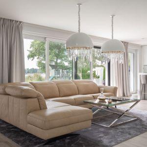 Zanim kupisz nową sofę, narożnik lub zestaw modułowy usiądź na niej i sprawdź, czy kształt oparcia, jego wykończenie i wyprofilowanie zapewni Ci wygodny wypoczynek i stabilne wsparcie dla kręgosłupa, karku i głowy. Na zdjęciu narożnik Volta. Fot. Gala Collezione