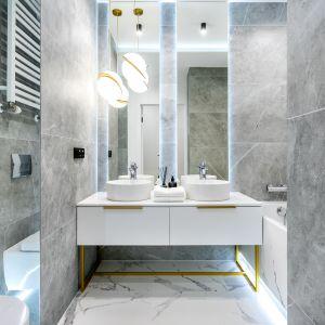 Nowoczesna łazienka w szarościach. Projekt: Anna Milczarek, Moovin Group