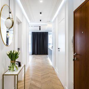 Stylowy korytarz w 100-metrowym apartamencie. Projekt: Anna Milczarek, Moovin Group