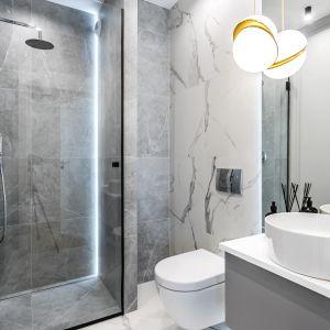 Nowoczesna łazienka z wanną i kabiną prysznicową. Projekt: Anna Milczarek, Moovin Group