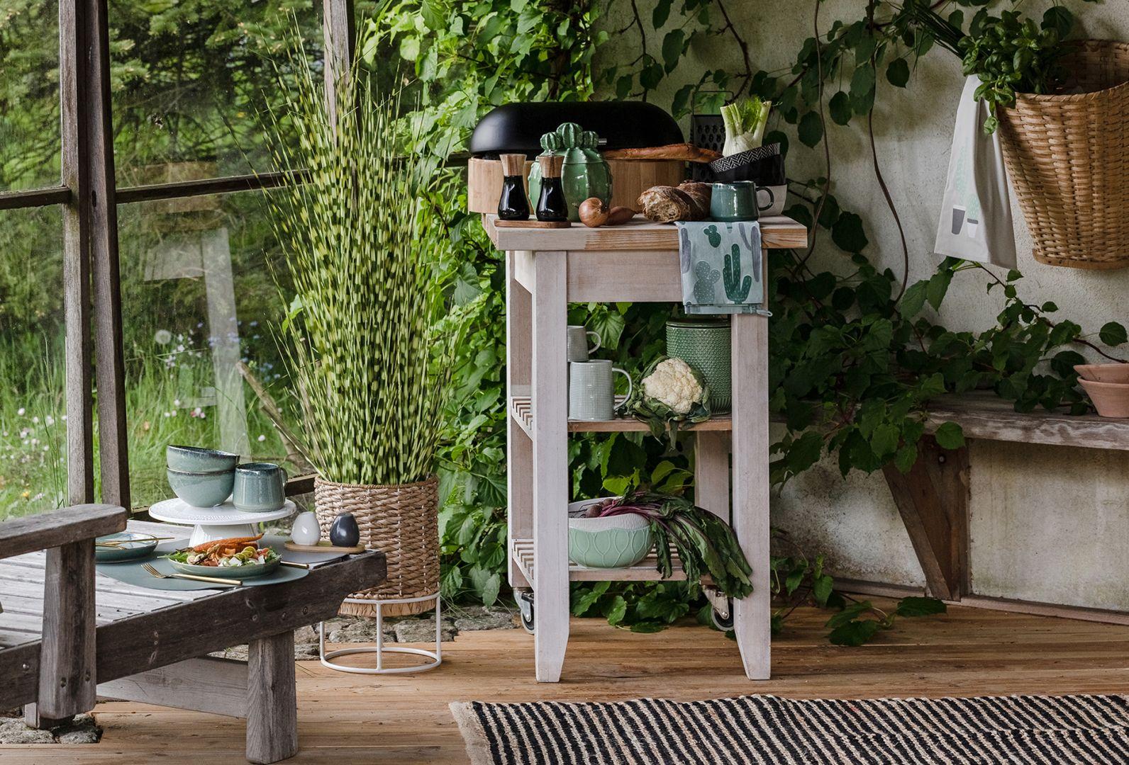 Do kuchni, podobanie jak do całego mieszkania warto wprowadzić zgaszoną wersję zielonego koloru w formie podręcznych tekstyliów, naczyń i pojemników do przechowywania żywności. Nadamy pomieszczeniom nieco nienachalnej, kojącej świeżości. Fot. Home&You