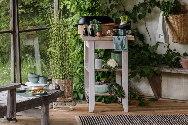 Kuchnia latem może zachwycać. Wprowadź do wnętrza zgaszoną wersję zielonego koloru, drewniane akcenty i naturalne odcienie.Będzie pięknie!<br /><br />