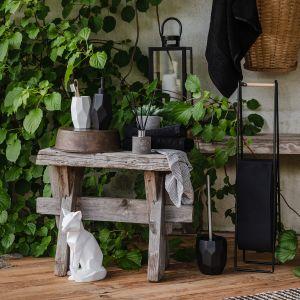 Drewniane akcenty i naturalne odcienie wnoszą do wnętrza wiele ciepła. Fot. Home&You