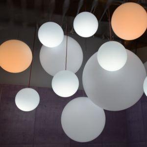 Lampa wisząca mBall występuje w w 4 rozmiarach (30 cm, 40 cm, 60 cm, 80 cm), dostępna w wersjach: stojącej (IP20 oraz IP65), wiszącej (tylko IP20 - do wnętrz). 995 zl (80 cm), Micante/9design.pl