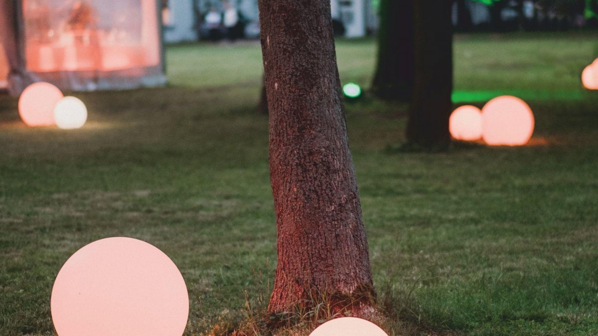 Lampa stojąca mBall, w 4 rozmiarach (30 cm, 40 cm, 60 cm, 80 cm). 845 zł (80 cm). Micante/9design.pl