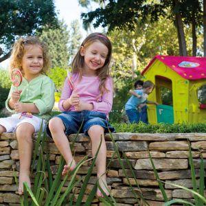 Domek do zabaw to nieodłączny element każdego ogrodu, z którego korzystają dzieci. Na zdjęciu model Magic Playhouse. Fot Keter