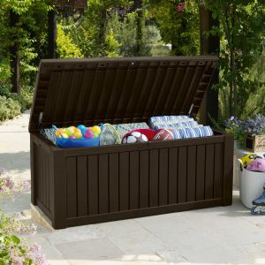 Skrzynia do trzymania pledów czy poduszek przyda się na każdym tarasie. Na zdjęciu model Rockwood. Fot. Keter