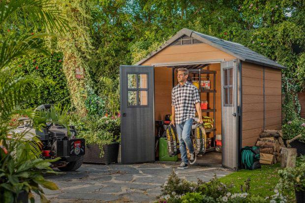 Do miłego spędzania czasu we własnym ogrodzie, poza pogodą, zielonym zakątkiem, pysznościami i oczywiście gośćmi potrzebni są też oni, cisi bohaterowie. To ogrodowe domki, skrzynie, minibary i inne akcesoria, dzięki którym organizacja przyję