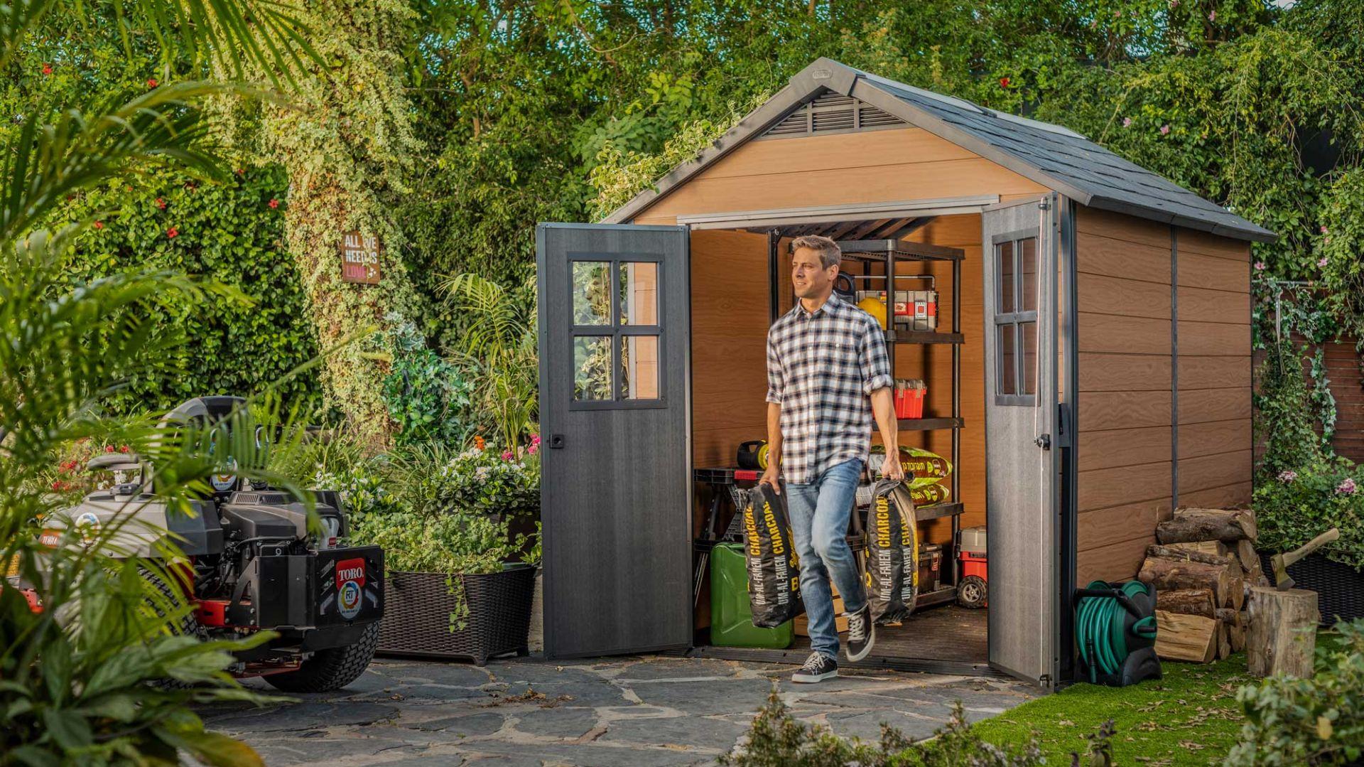 Domek ogrodowy przyda się maksterkowiczom, ogrodnikom i wszystkim, którzy lubią mieć porządek dokoła swojego domu. Fot. Keter