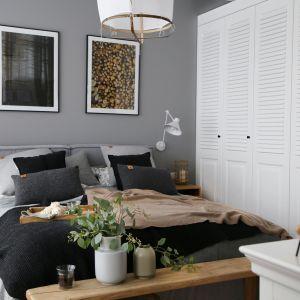Sypialnia z szafą w stylu kolonialnym i łóżkiem z szarym tapicerowanym zagłówkiem. Projekt wnętrza: SHOKO design