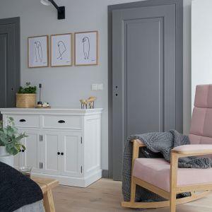 We wnętrzu dominują biele, szarości i delikatne pastele oraz naturalne drewno. Projekt wnętrza: SHOKO design