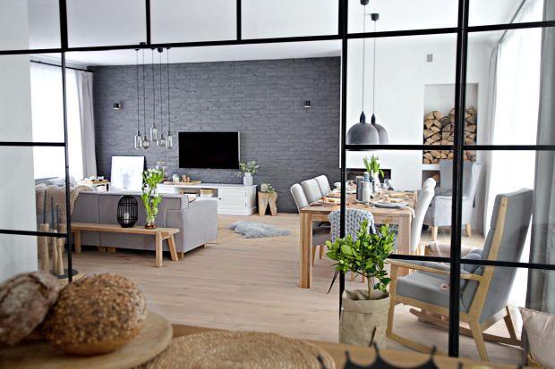 Proste i funkcjonalne - takie jest wnętrze tego 175-metrowego domu, które zaprojektowali architekci z pracowni SHOKO design. Inspiracje naturą i skandynawski charakter widać tu na każdym kroku!