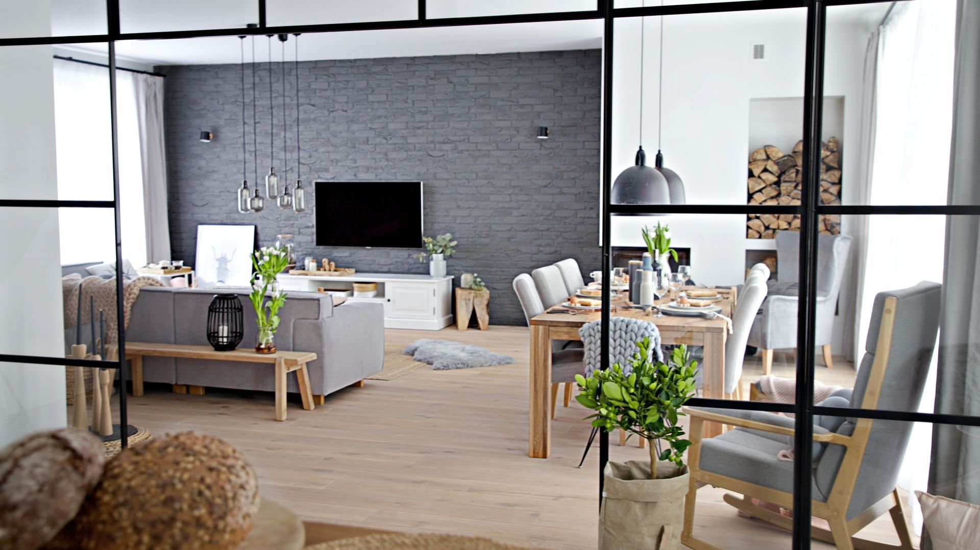 Salon i jadalnia to otwarte wnętrze zaaranżowane w lekkim i naturalnym stylu. Projekt wnętrza: SHOKO design
