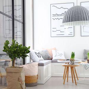 Miejsce do wypoczynku ze stylową lampą i pięknymi dodatkami. Projekt wnętrza: SHOKO design