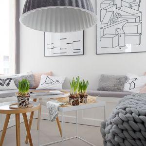 Stoliki-pomocniki to praktyczny i efektowny element wystroju wnętrza. Projekt wnętrza: SHOKO design