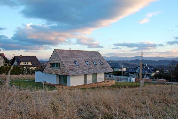 Ten dom zlokalizowany jest pod Krakowem. Zbudowano go na na działce z południową ekspozycją stoku i pięknym widokiem na panoramę Karpat i Beskidów.