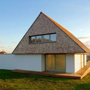 Drewniane wykończenie dachu i elewacji zgodne jest z lokalną tradycją terenów podgórskich, na których zlokalizowany jest dom. Projekt domu: Jarek Krysiak, Barbara Borowik-Krysiak, Doomo studio architektoniczne. Fot. Piotr Lipecki