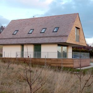 Cokół budynku wykończony został deskami dębowymi. Projekt domu: Jarek Krysiak, Barbara Borowik-Krysiak, Doomo studio architektoniczne. Fot. Piotr Lipecki