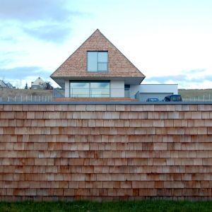Okna wybrano z oferty firmy Schuco. Projekt domu: Jarek Krysiak, Barbara Borowik-Krysiak, Doomo studio architektoniczne. Fot. Piotr Lipecki