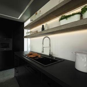 W kuchni zrezygnowano z szafek wiszący. Zastąpiły je otwarte półki. Projekt wnętrza: Marta Pala-Szczerbak. Fot. Piotr Lipecki