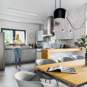 Kuchnia w kształcie litery U. Projekt Małgorzata Denst, 2DENST Projektowanie wnętrz. Zdjęcia Marta Behling/Pion Poziom Fotografia Wnętrz