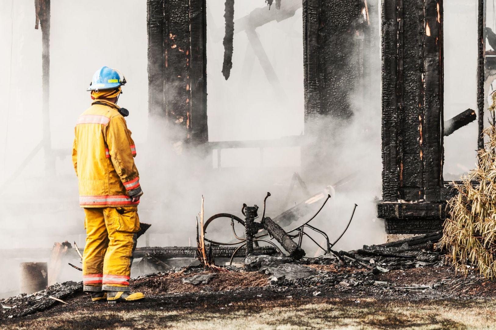 Choć drewno to materiał palny, w zależności od konkretnej klasy drewna oraz jego zabezpieczenia, swoją odpornością na płomienie potrafi pokonać beton i stal. Fot. JAF Polska