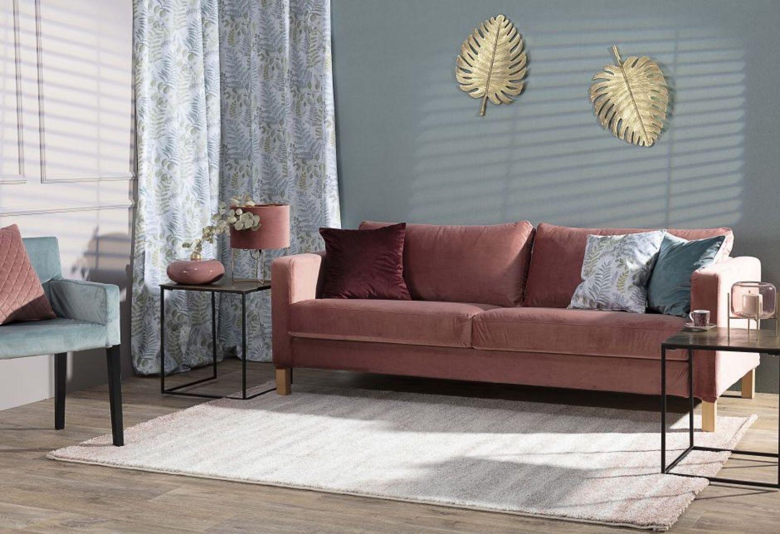 Sofy czy fotele mogą zyskać nowy wymiar dzięki poduszkom dekoracyjnym. Jeśli więc zależy Ci na oryginalnym efekcie, szukaj akcesoriów w różnych kształtach i fakturach oraz poszewek na poduszki w rozmaitych kolorach. Na zdjęciu: poszewka Kinga pikowana 43x43 cm. Cena: 42,90 zł. Fot. Dekoria