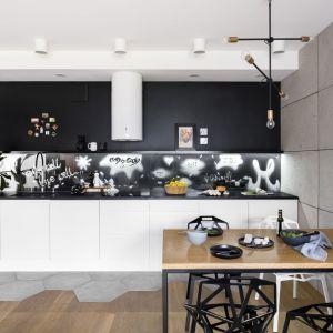 Ścianę w kuchni pomalowano czarną, magnetyczną farbą. Projekt: Zuzanna Kuc, ZU projektuje. Fot. Łukasz Zandecki