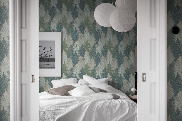 Tapeta to świetny pomysł na ścianę za łóżkiem w sypialni. Wybraliśmy 20 najładniejszych tapet znanych producentów. Podajemy także ich ceny! Zobaczcie nasz przewodnik zakupowy - najciekawsze tapety do sypialni.