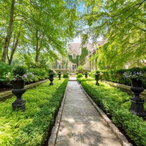 Ogród wokół rezydencji. Piękna posiadłość należała do projektanta mody Vince'a Camuto.Źródło: www.conciergeauctions.com. Zdjęcia: Compass and Concierge Auctions