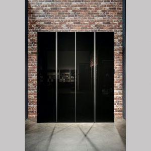 Oprócz szkła transparentnego dostępne są również różnego rodzaju przydymione lub lustrzane tafle drzwi PRE. Fot. Raumplus