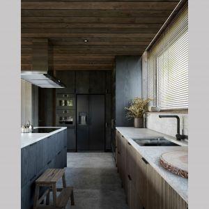 Kuchnia jest przestronna i bardzo wygodna. Projekt: Mateusz Frankowski, Paweł Lipiński, Fryderyk Graniczny, biuro architektoniczne Ggrupa