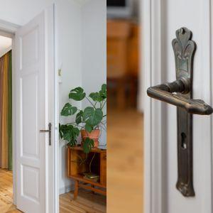 W mieszkaniu szczęśliwie zachowała się część stolarki drzwiowej. Została ona poddana zabiegom konserwatorskim i ponownie zamontowana. Reszta stolarki drzwiowej została wykonana na wzór, również z drewna. Projekt: Marta Kodrzycka, Marta Wróbel. Fot. Magdalena Łojewska
