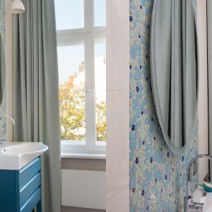 Większa łazienka utrzymana w kolorystyce niebiesko-seledynowej (jak woda morska), na tle jasno piaskowych ścian. Projekt: Marta Kodrzycka, Marta Wróbel. Fot. Magdalena Łojewska