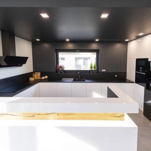 Niesamowity antracytowego sufitu w kuchni prezentuje się świetnie. Projekt: Joanna Ochota. Fot. Maciej Sułek