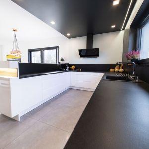 Półwysep oddziela strefę kuchni od przestrzeni wypoczynkowej. Projekt: Joanna Ochota. Fot. Maciej Sułek