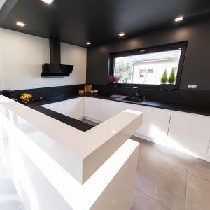 Kuchnia jest duża i bardzo wygodnie urządzona. Projekt: Joanna Ochota. Fot. Maciej Sułek