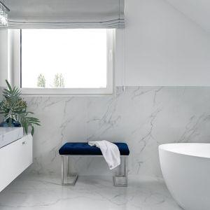 Jasne, eleganckie wnętrze łazienki z motywem kamienia na ścianach i podłodze oraz na łazienkowym blacie. Projekt Ewelina Rutkowska, studio projektowe Meteor. Fot. Tom Kurek