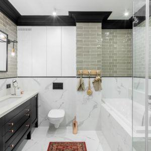 W tej stylowej łazience płytki ze wzorem kamienia zestawiono z małymi płytkami-kafelkami. Projekt Finchstudio. Fot. Aleksandra Dermont Ayuko Studio
