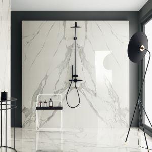 Płytki ceramiczne z kolekcji Specchio Carrara marki Tubadzin. Jasny kolor ścian zestawiono ze stylowymi czarnymi elementami armatury i stolarką. Fot. Tubądzin