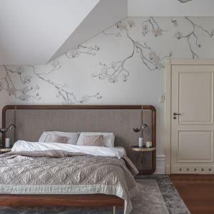Ścianą za łóżkiem w sypialni zdobi ekskluzywna tapeta amerykańskiej firmy Phillip Jeffries i meble włoskiej Porady. Projekt: JT Grupa. Fot. Tom Kurek