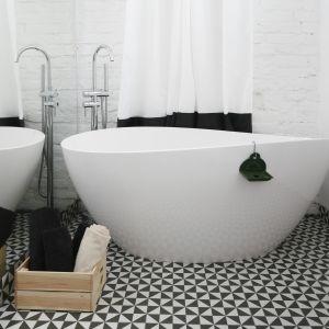 Łazienka z białą cegłą na ścianie. Projekt: Ewelina Pik. Fot. Bartosz Jarosz