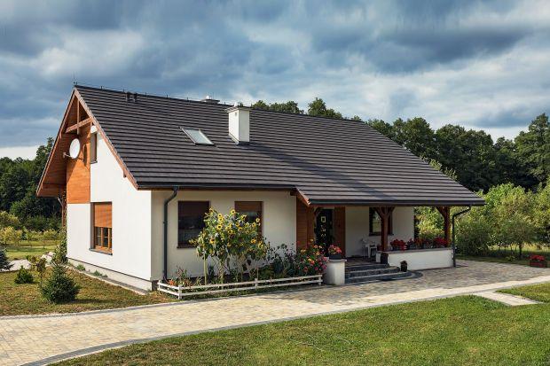 Dlaczego warto wykończyć dach dachówką płaską? Bo są estetyczne i trwałe. Pozwalają przy tym na uzyskanie nowoczesnego efektu jednolitego dachu.