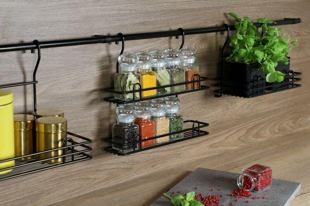 Wygodny reling, kosz na drzwiczkach czystelaże na talerze. To drobne akcesoria są bardzo przydatne w kuchni. Warto pomyśleć o ich zakupie.<br /><br />