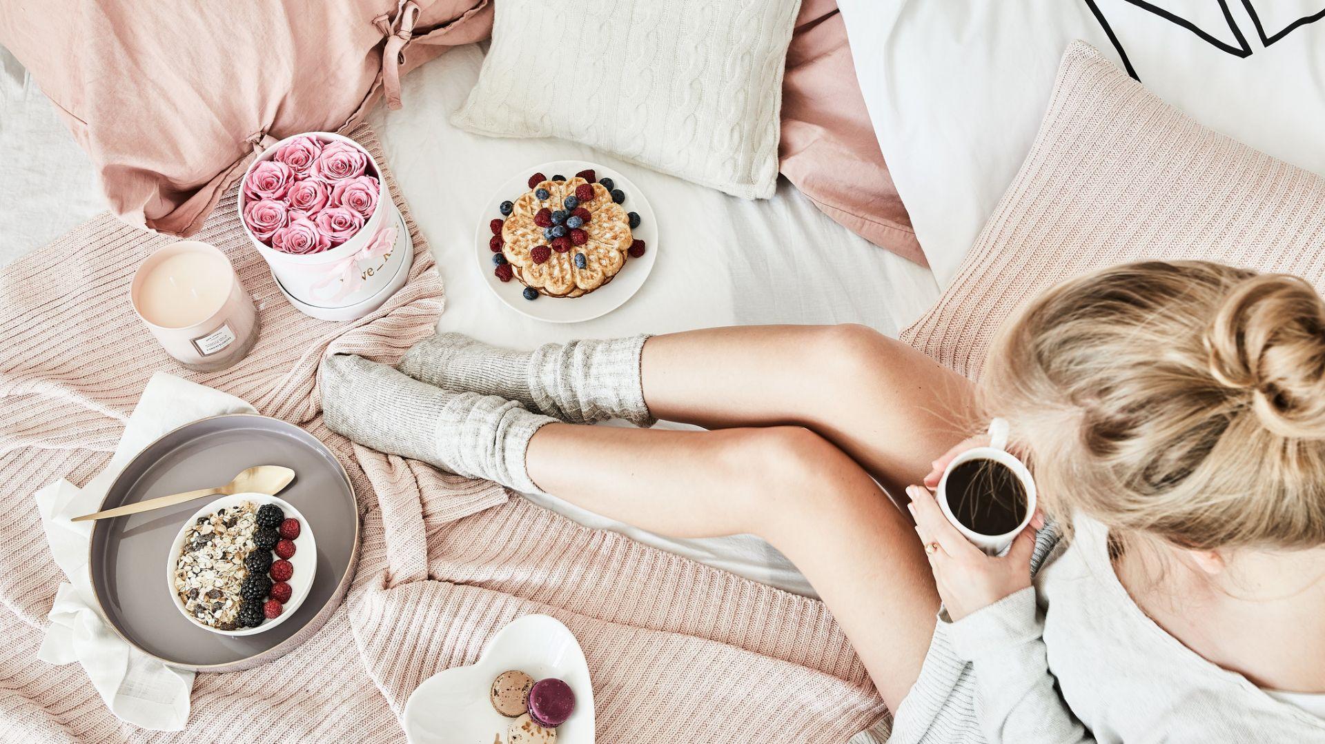 Pyszna poranna kawa i słodka przekąska serwowane do łóżka? Latem warto celebrować takie drobne przyjemności. Fot. WestwingNow