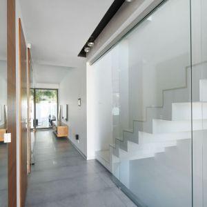 Minimaistyczny przedpokój w nowoczesnym domu - beton, szkło i drewno. Projekt arch. Robert Skitek, pracownia RS+. Zdjęcia Tomasz Zakrzewski.jpg