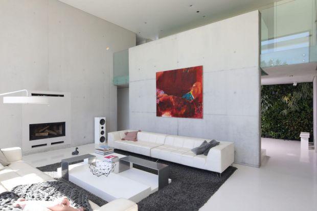 Wykończenie ścian w salonie betonem to świetny pomysł. Będzie nowocześnie i bardzo ładnie. Zobaczcie!