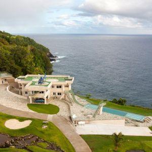 Jedną z ulubionych rezydencji Justina Bienbera jest spektakularna posiadłość Waterfalling Estate na Hawajach. Dom, zbudowany na skraju wodospadu spadającego z klifu do morza poniżej, to dla wynajmującego wydatek rzędu 10 tysięcy dolarów za noc. Fot. Concierge Auctions. Źródło zdjęć: www.toptenrealestatedeals.com
