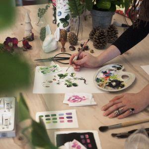 Jej pełne życia, realistyczne ilustracje są malowane ręcznie akwarelami, ołówkami lub tuszem.
