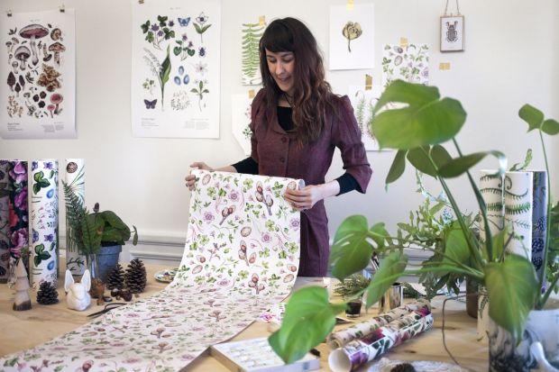 Saga-Mariah Sandberg to pochodząca ze Szwecji graficzka. Jej cudowne, sielskie ilustracje można mieć nawet na ścianach własnego domu. A warto! Zobaczcie przepiękną kolekcję tapet jej autorstwa.